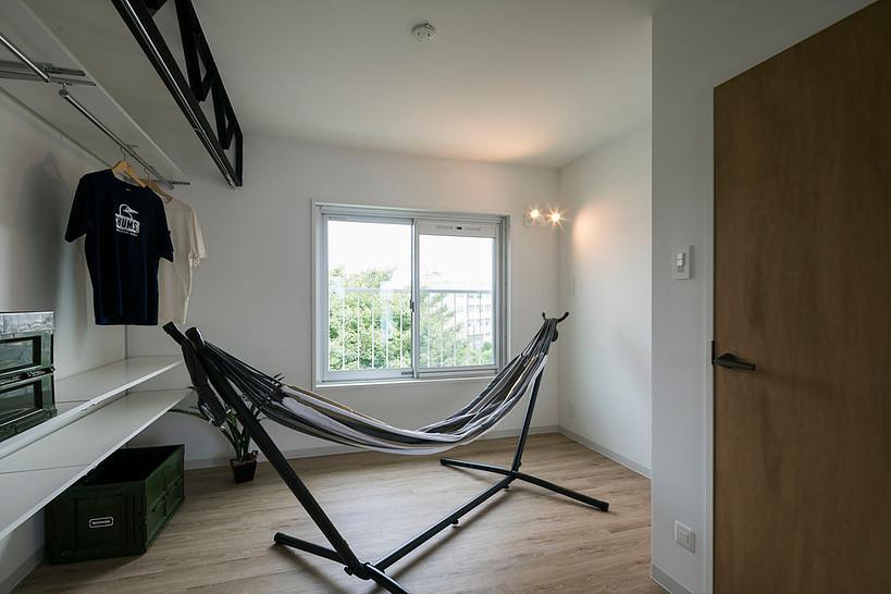 寝室。収納はオープンな形。カーテンをつけて隠してもいい