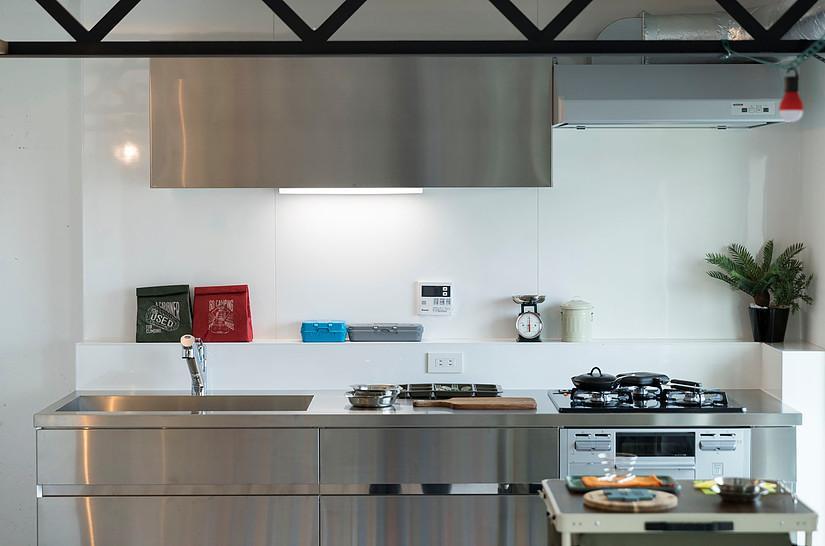ガス3口コンロとグリルがついたキッチン。シャープなデザインがかっこいい