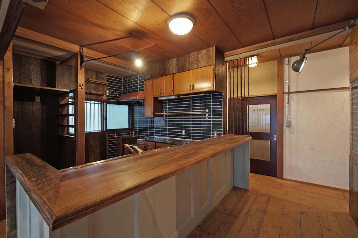 ジム・ビーム工場の古材+フランスのアンティークドアでカウンターを作ったキッチン