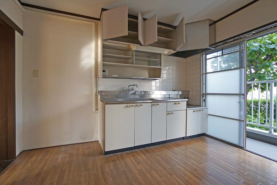 キッチン。掃除すれば、そのまま使用することもできそう。左側に冷蔵庫が置けそう
