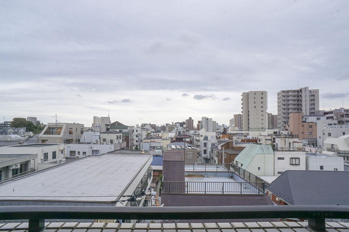すかっと抜けのある眺望。隅田川花火大会の花火も見える