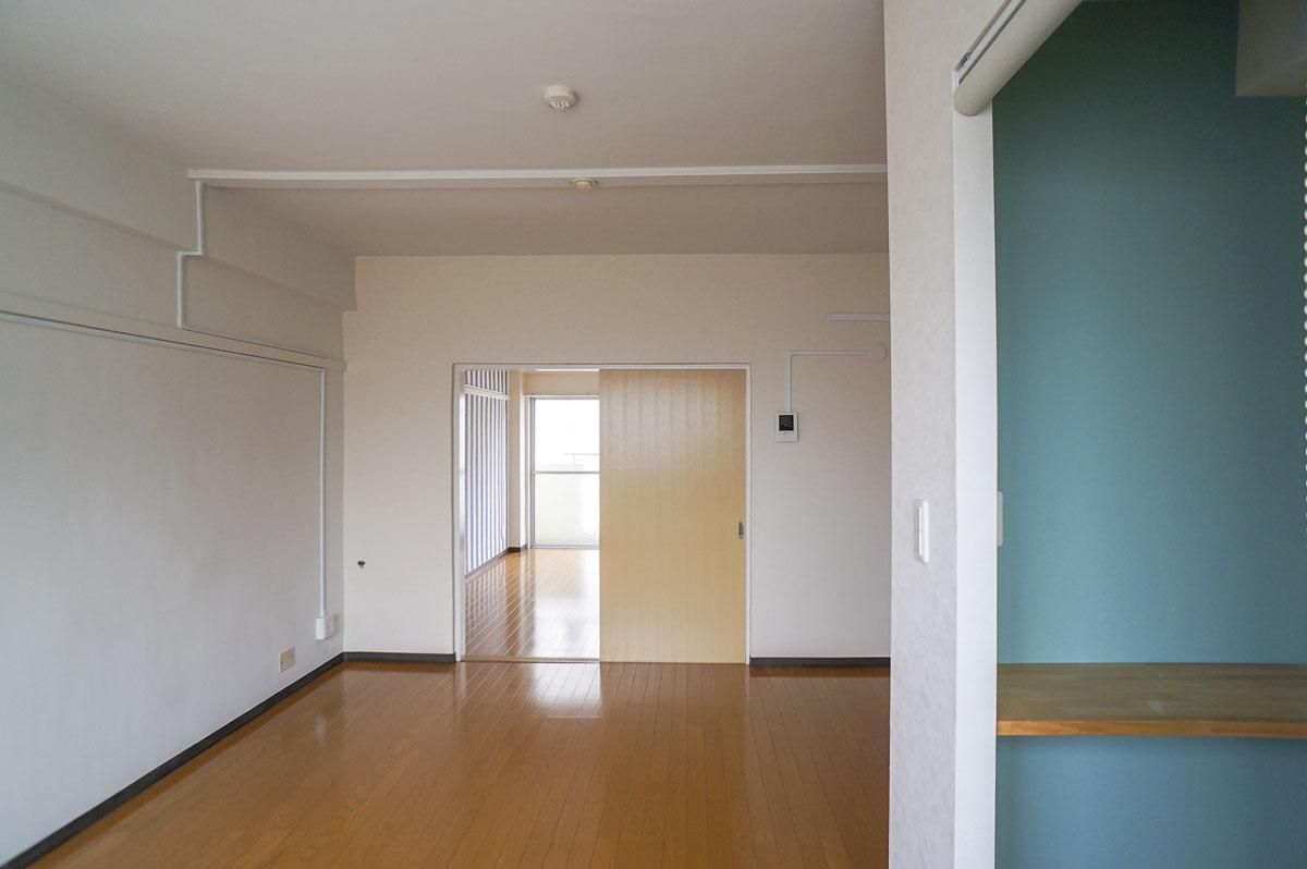 302号室:キッチンから室内方向の視点。右手は脱衣室の棚と壁