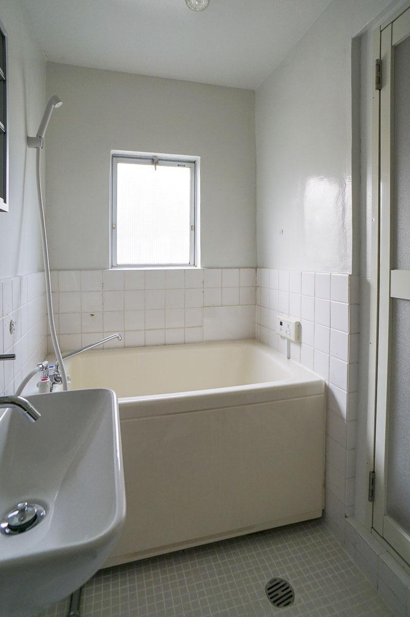 302号室:トイレ側からの浴室