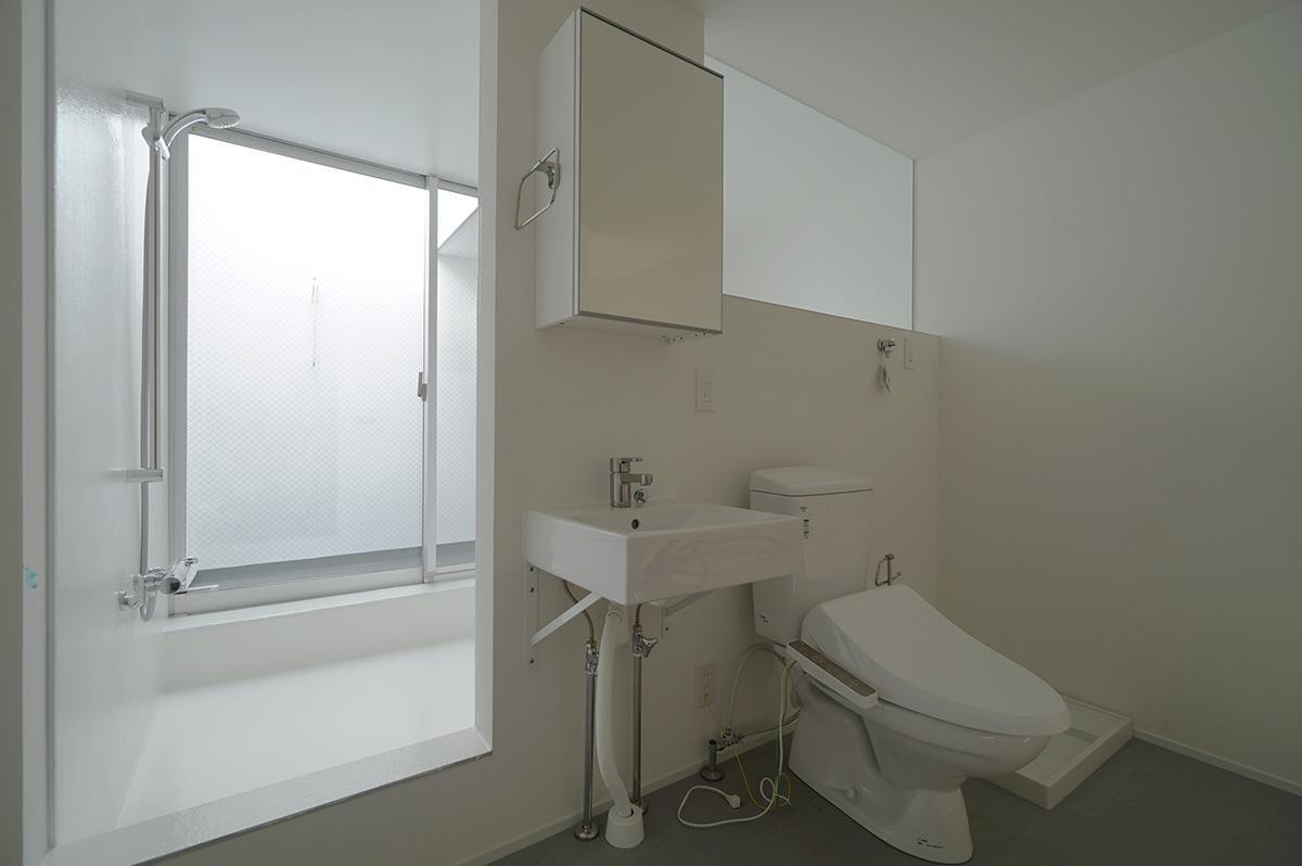 オープンなトイレ、からの大きなバスルーム、そしてテラス