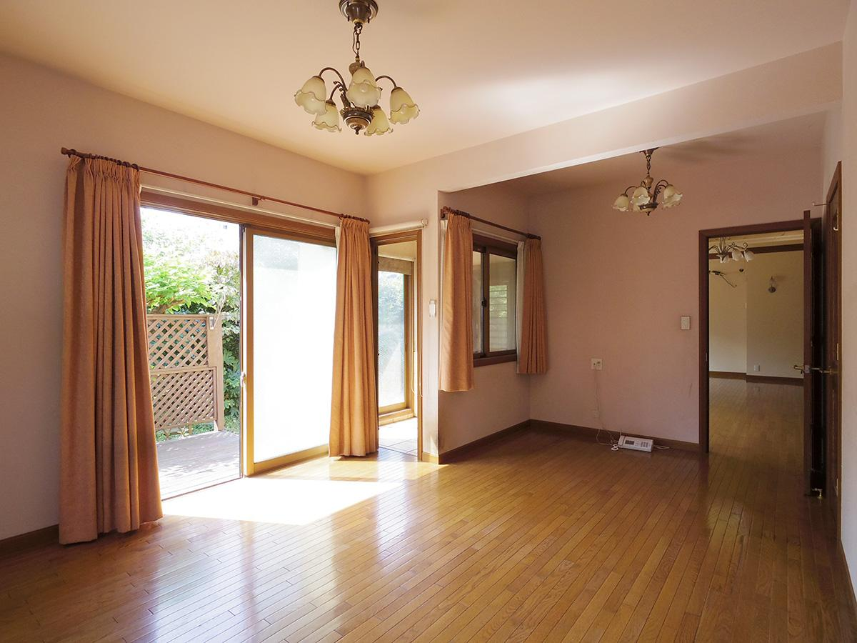 11畳の洋室。大きい窓の先にはウッドデッキ