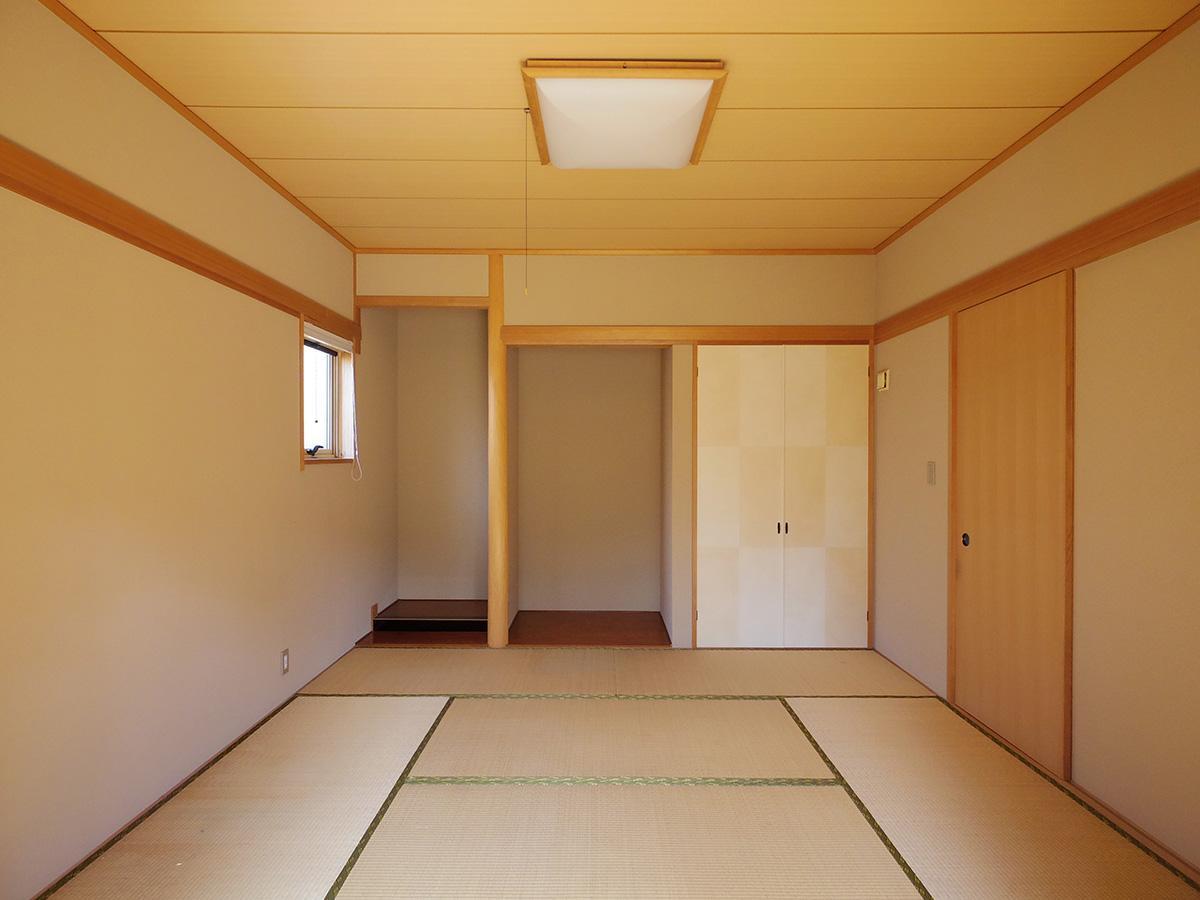 リビングから玄関ホールをはさんで和室がある
