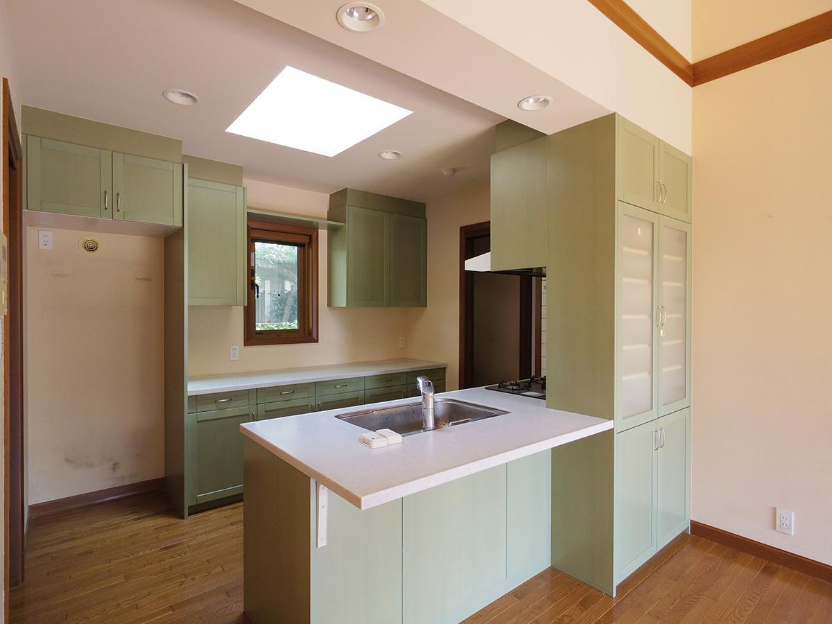 天窓から落ちる光が心地よいキッチン。収納も大容量