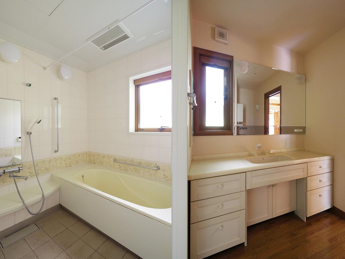 ゆったりとした風呂と洗面台