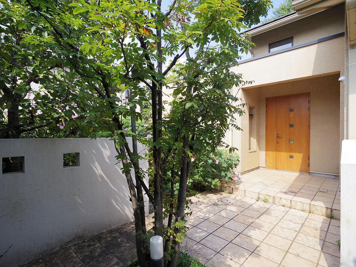 木製のドアが印象的な玄関