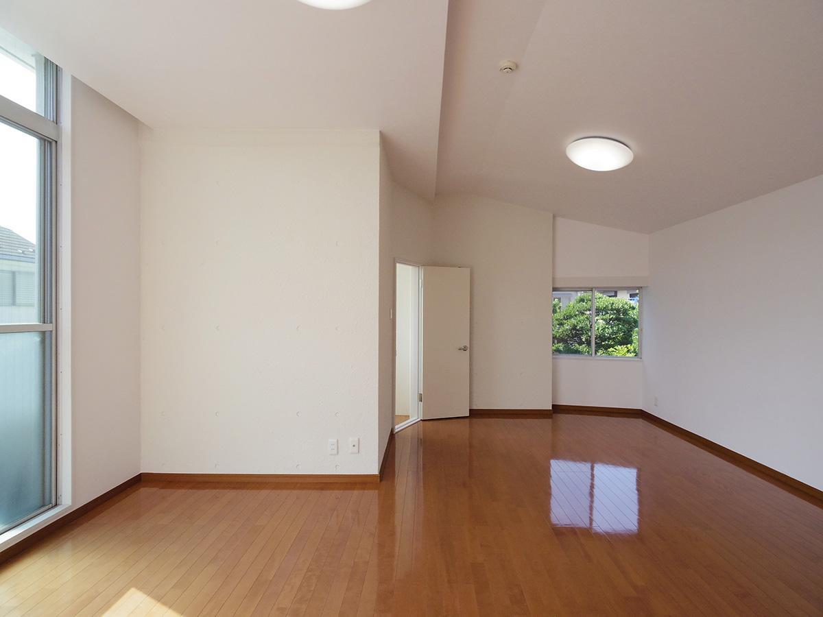 2階15.3畳の洋室。この部屋も天井高約2.8mと高め