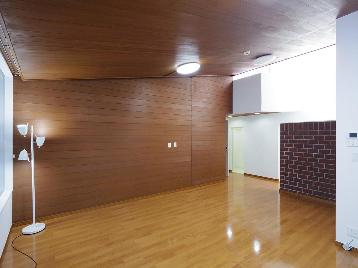 板張りの天井と壁が空間をグッと引き締める