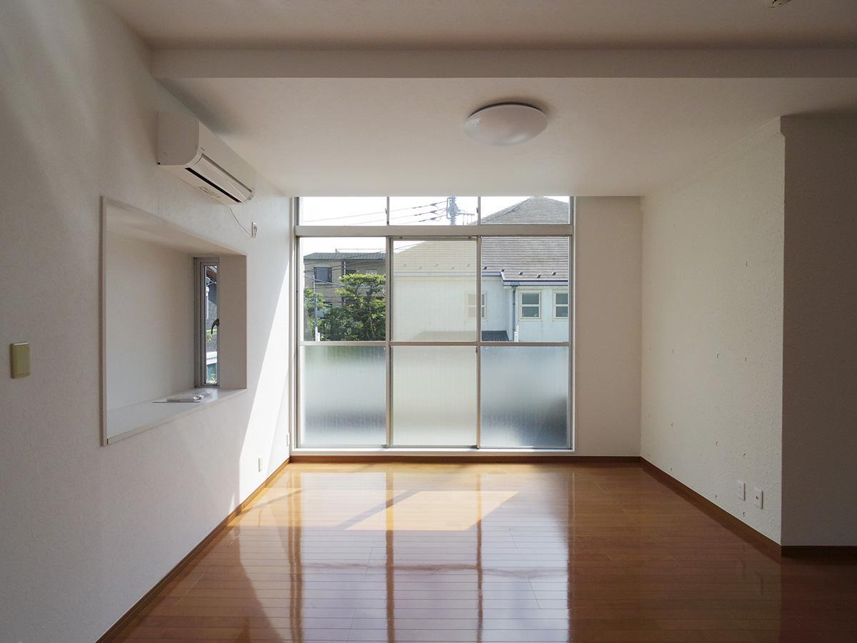 2階洋室。天井まで高さのある大きい窓から光が降り注ぐ