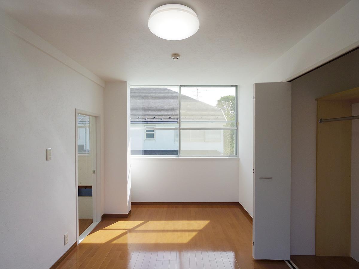 2階7.5畳洋室。南北に大きい窓があり一日中明るい