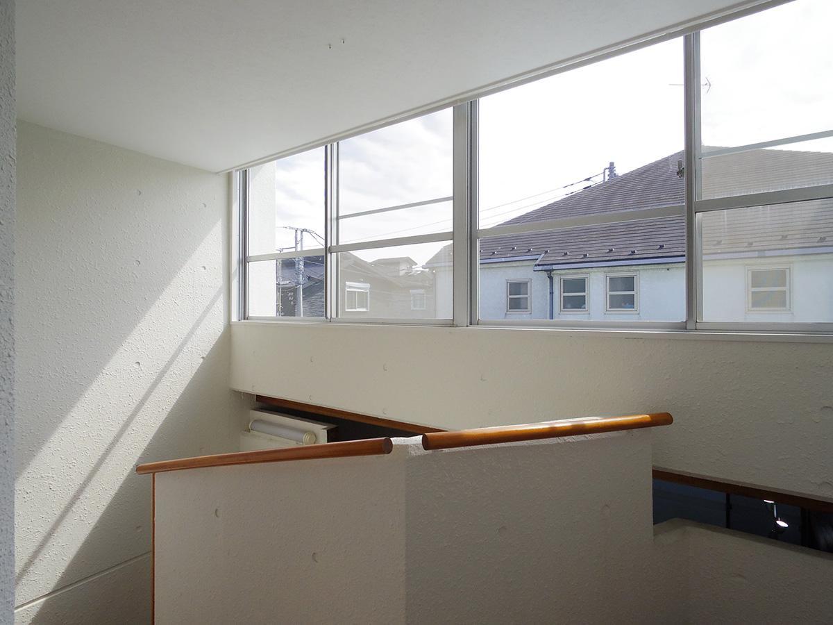 吹抜けの階段部分。窓から入る光が美しい