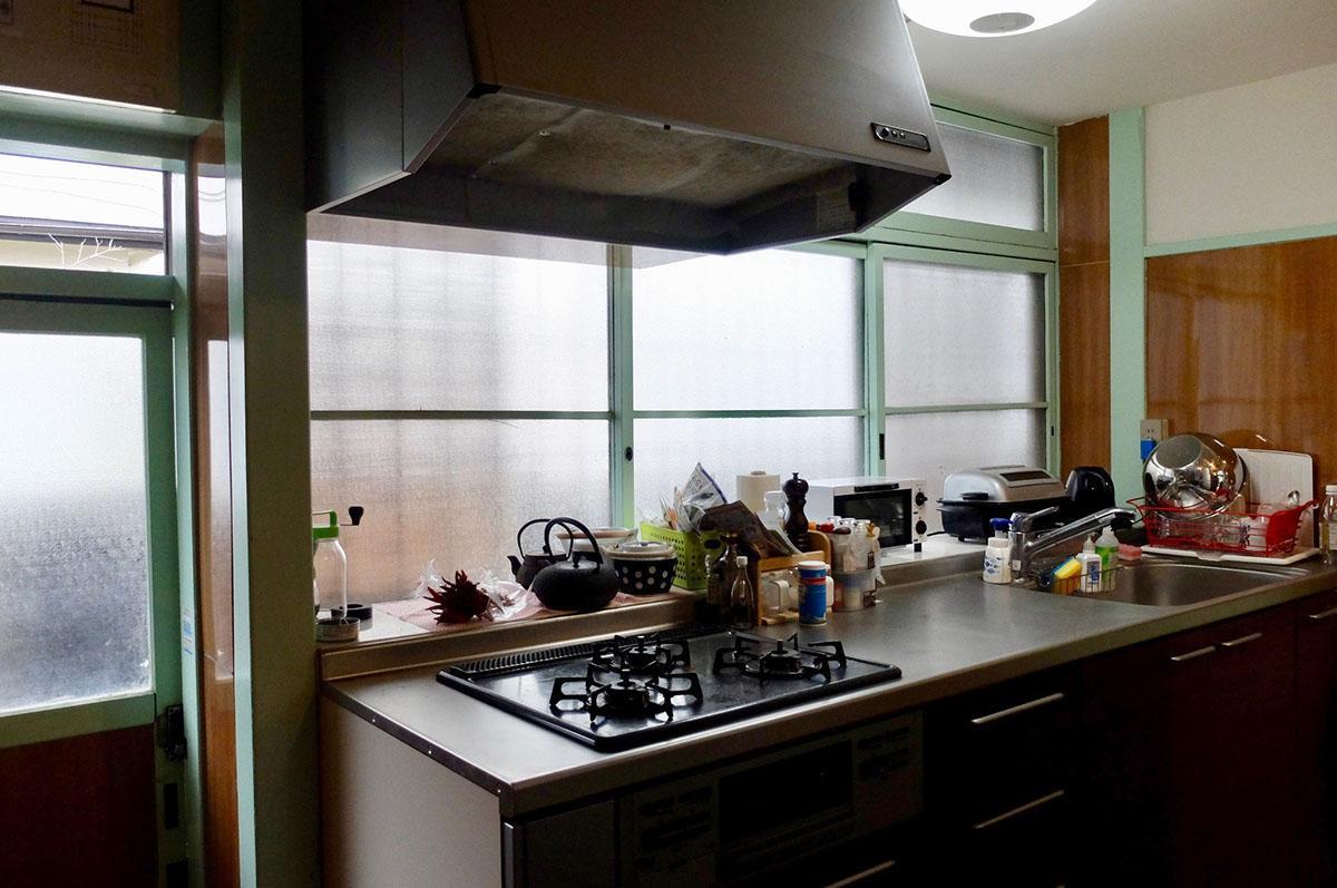 キッチンは比較的新しいものに取り替えられている