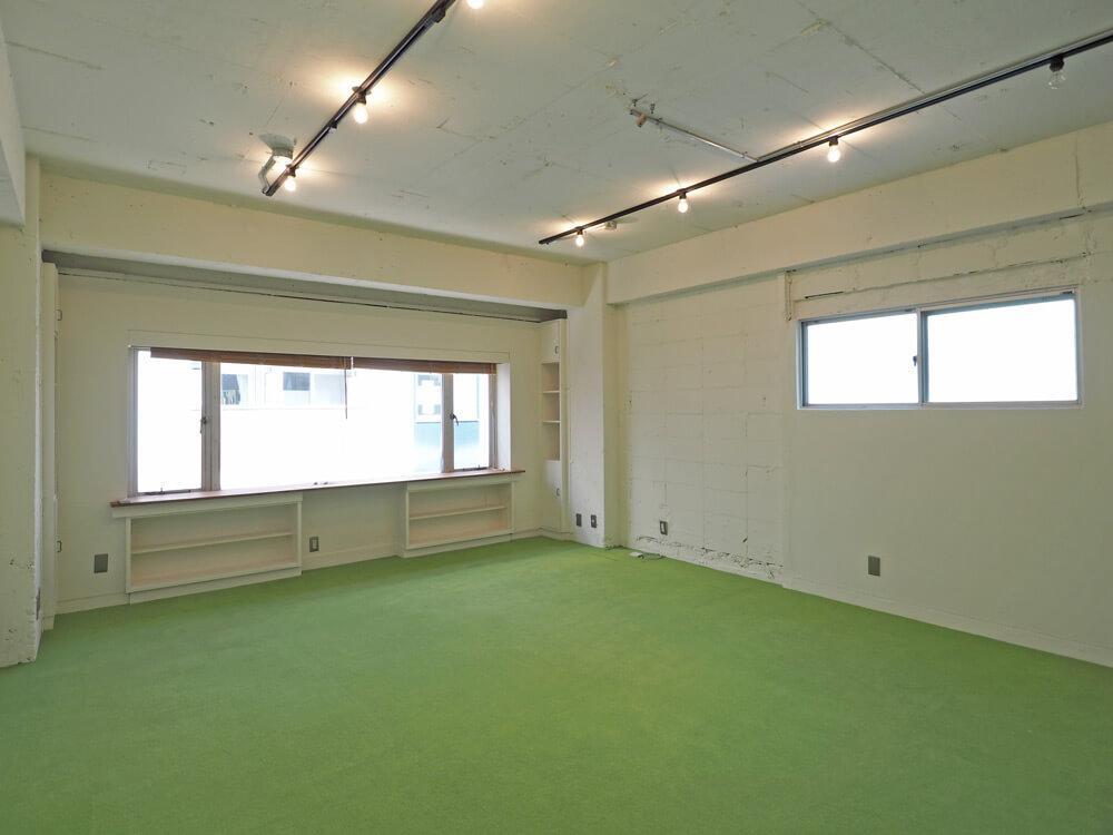 白い壁と天井のおかげで明るい室内