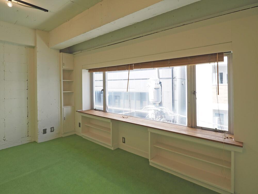 窓に面してカウンターと収納棚