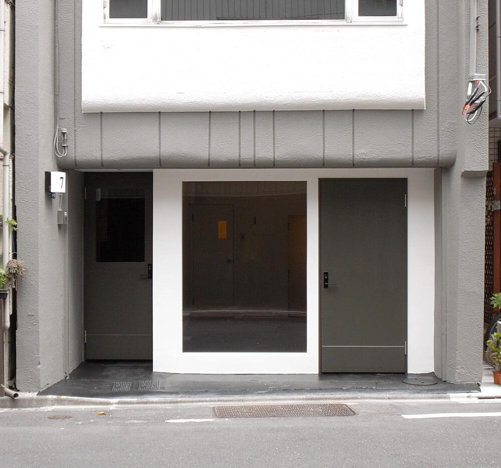 左側が共用エントランス、1階は写真のギャラリー