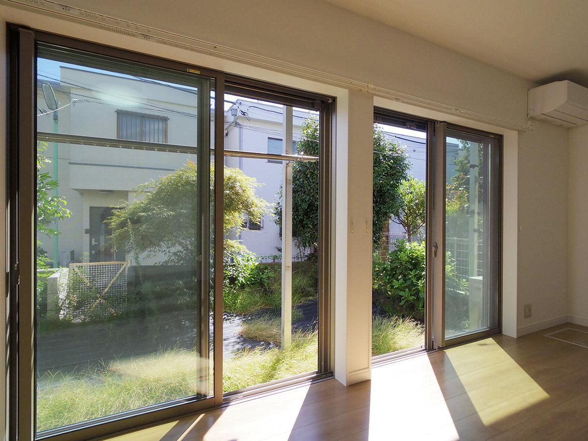 窓の端に座って庭を眺めたりして