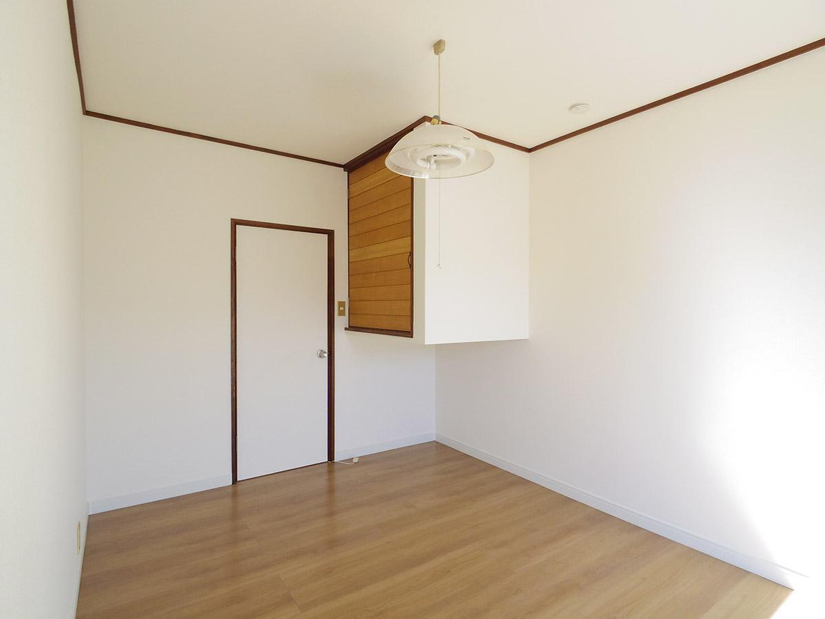 6畳洋室。空中に浮かぶ収納がオモシロイ