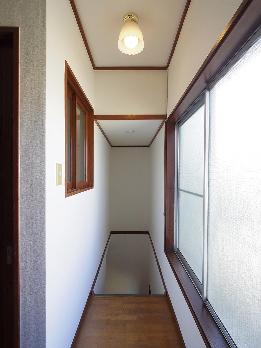 レトロな雰囲気を感じる階段スペース。窓が大きくて明るい