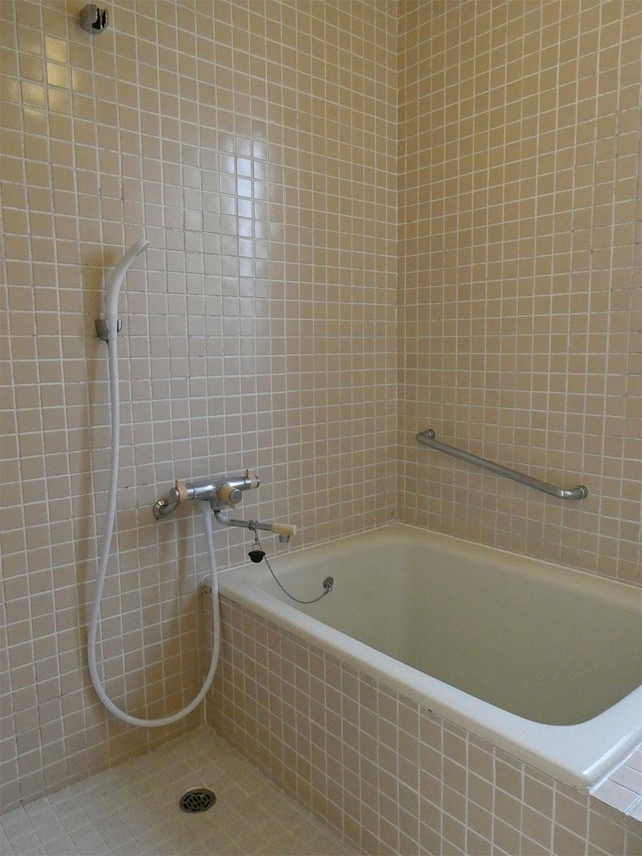 タイル張りの浴室。追いだきつき