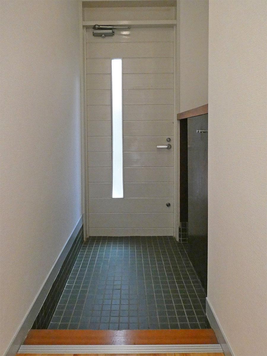 玄関。渋い深緑のタイルがかわいい