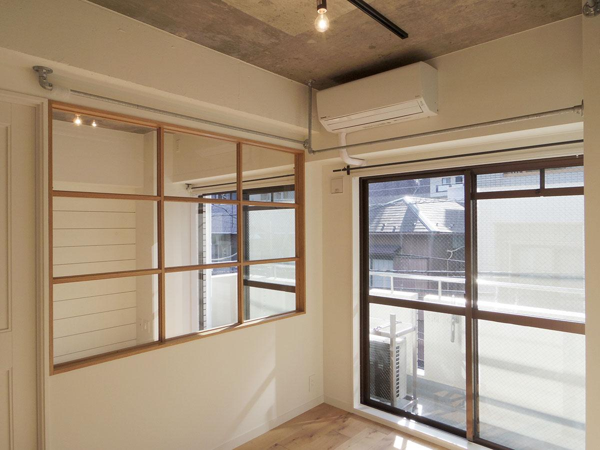 間仕切りに壁窓があることによって、2部屋分の光が入る