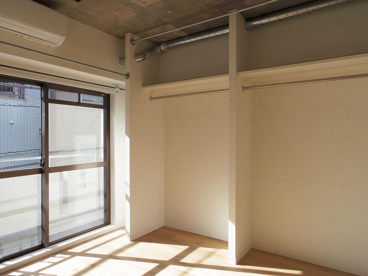 オープンクローゼットは大容量。上にカーテンレールが付いているので収納を隠すことも可能