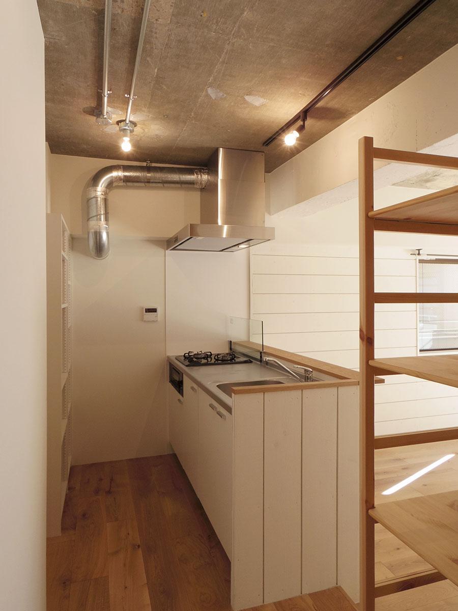 天井の配管や、ステンレスのレンジフードがスタイリッシュなキッチン