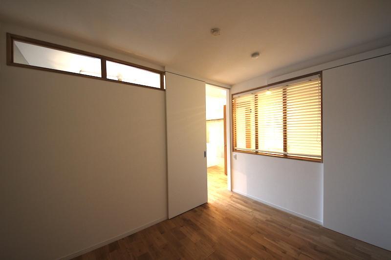 ガラス窓が付いている約5.3畳の洋室はリビングの隣にあります