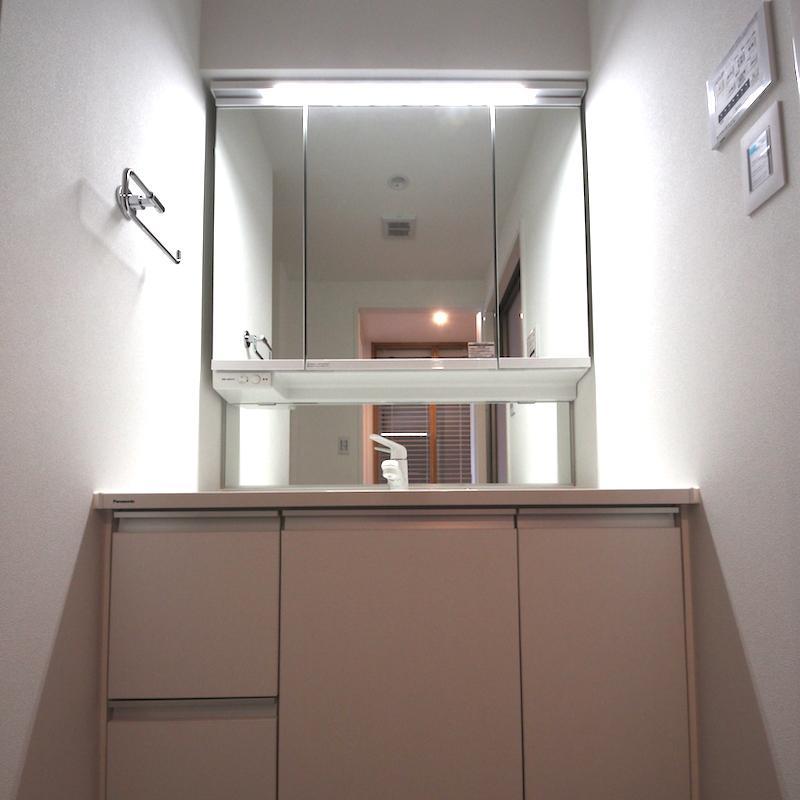 大きな鏡付きの洗面台、収納も豊富