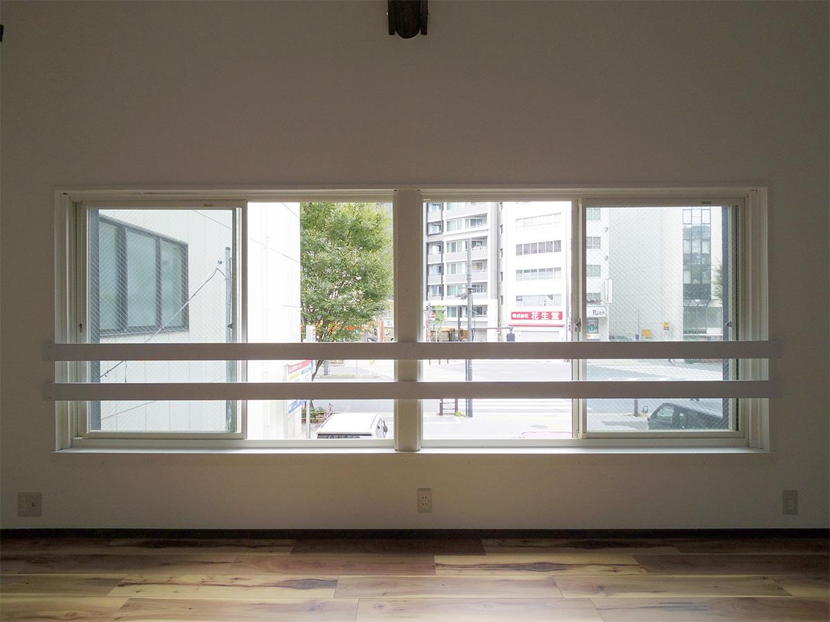 2階東側の眺望。窓の先が駐車場のため、抜けがあり、歩道の緑も見える
