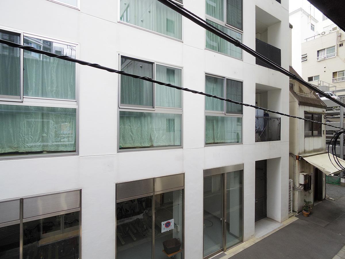 2階西側の眺め。窓の先は建物