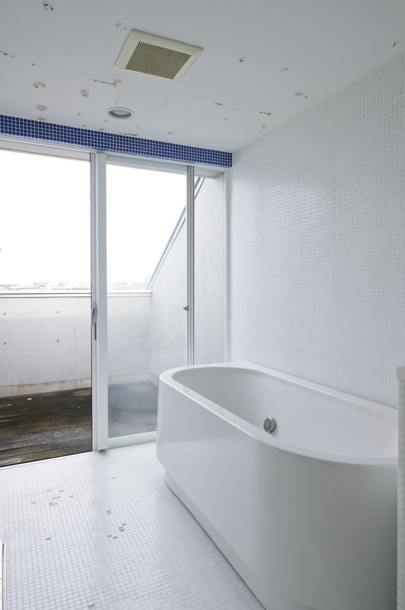 浴槽の奥には小さなルーフバルコニー