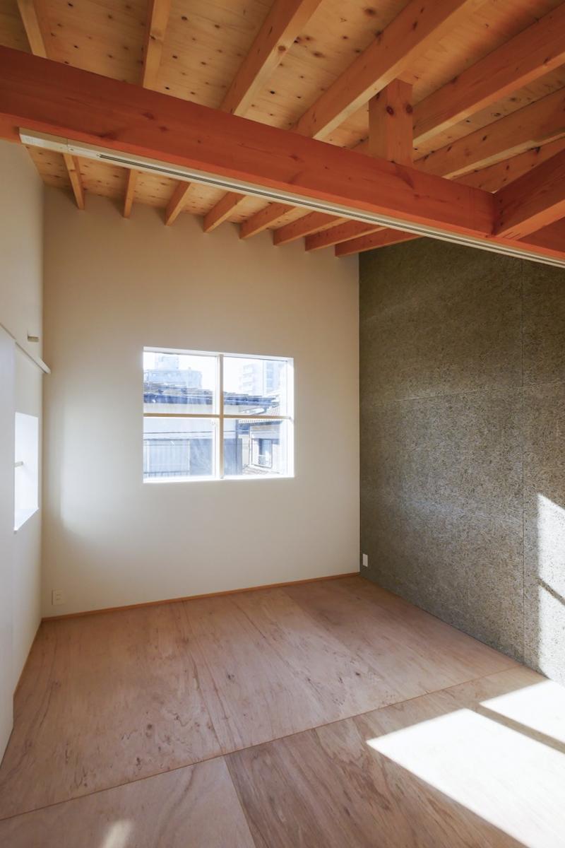 A区画:窓が多い区画。右側に見える灰色の壁は、OSBボードとなっていて、DIY可能な壁です