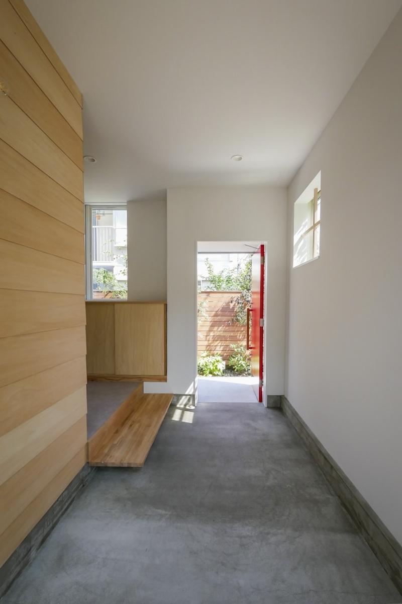 1階玄関の土間スペース:基本的には大家さんが自転車等置いて使用していますが、何か使い方にご希望があれば相談ください(新築竣工時写真)