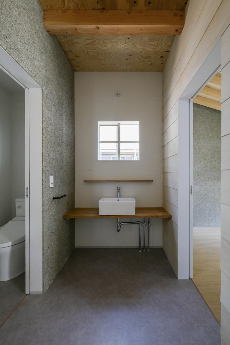 2階洗面台とトイレ前(新築竣工時写真)