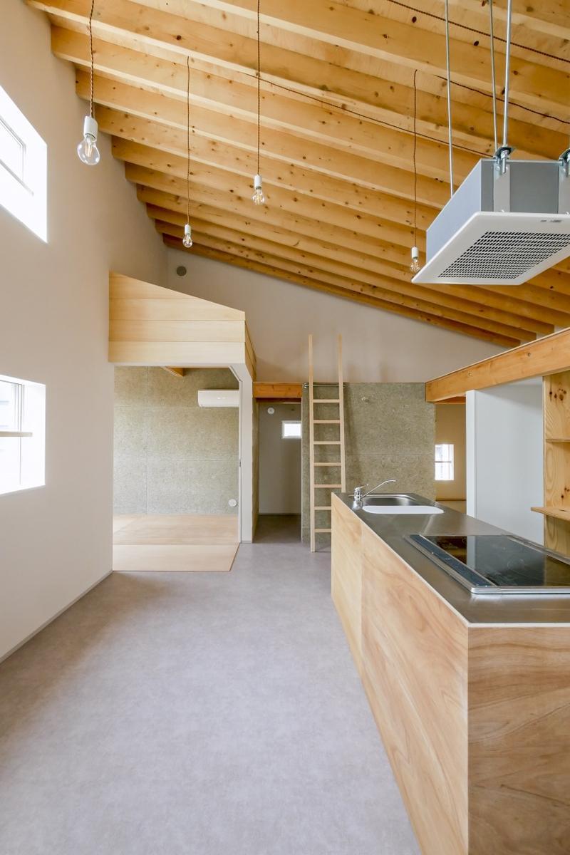 天井がかなり高く開放的。山小屋にいるような雰囲気(新築竣工時写真)