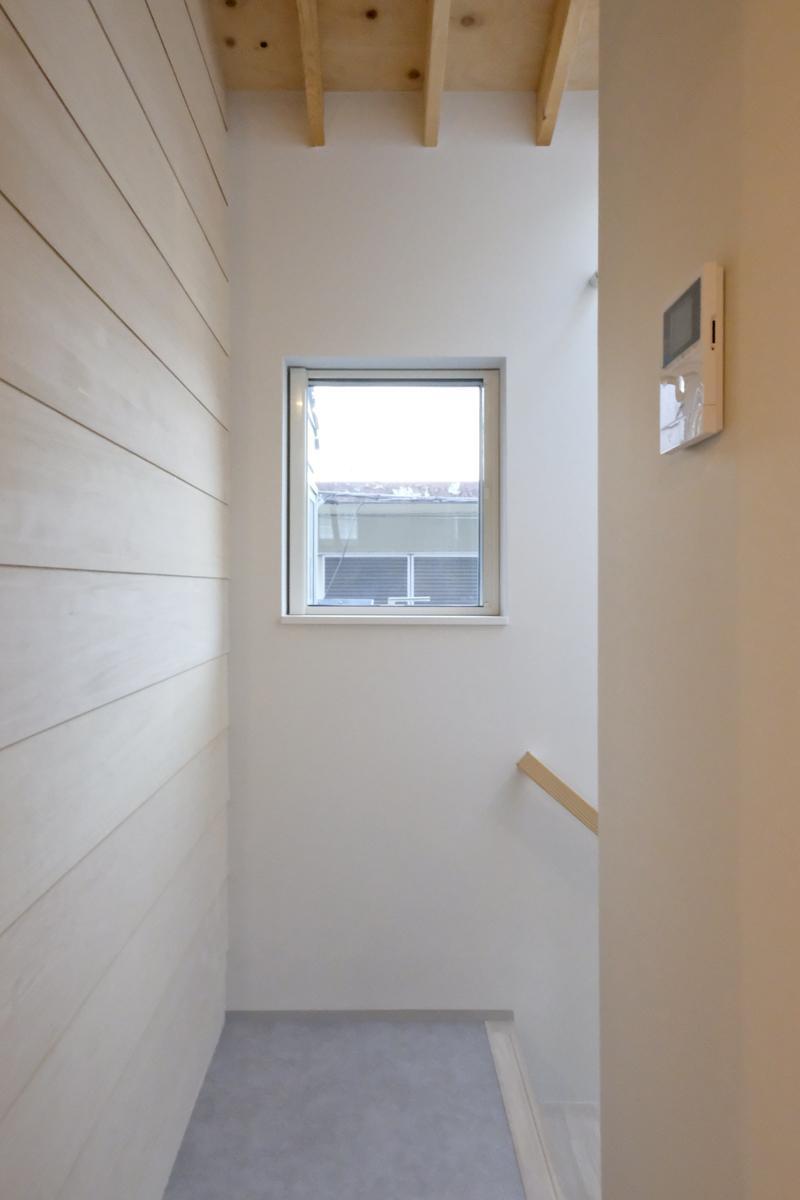 2階から1階へ降りる階段。室内様々な場所に窓があります(新築竣工時写真)