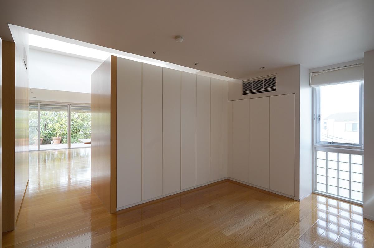 リビングと寝室の間は収納で緩やかに間仕切るのみで、ドアがありません