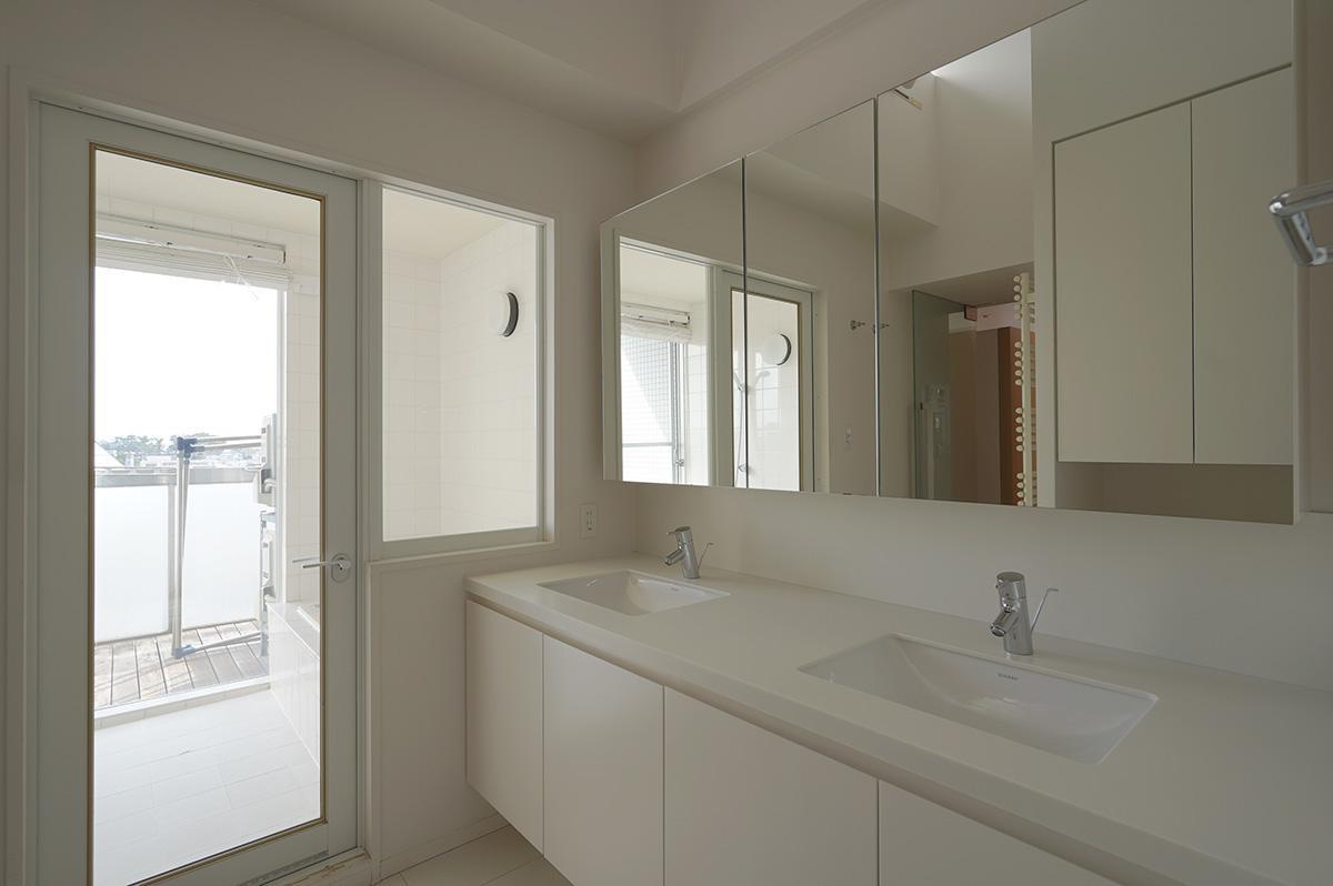 ダブルシンクの明るい洗面スペース