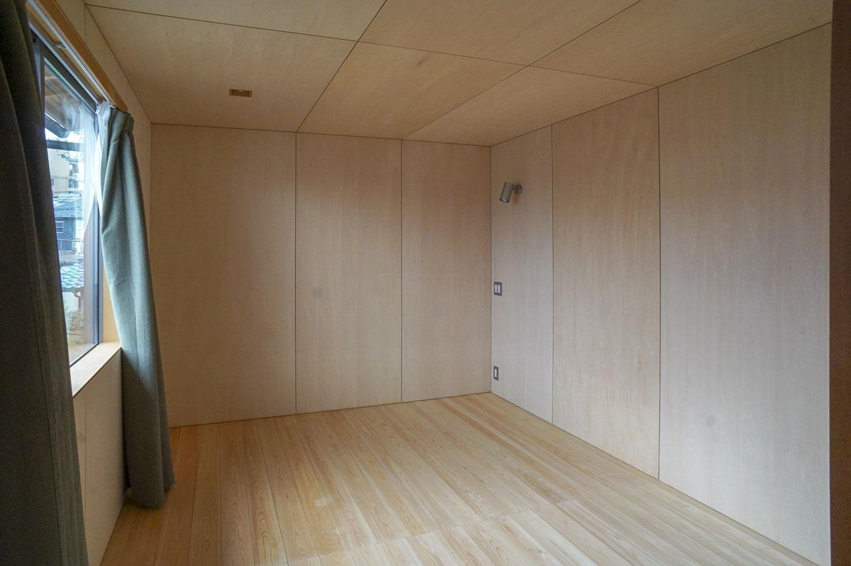 2階は床がヒノキ、壁がシナベニヤとスギ