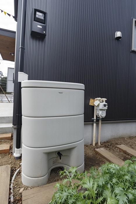 雨水タンクつき。貯まった雨水は畑の水やりや、災害時の緊急用水として利用できます
