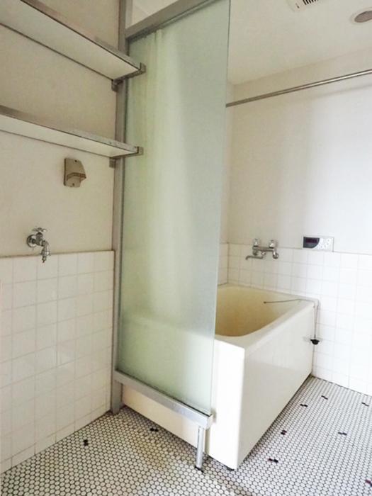 浴室と洗濯機置き場が同室の形。水回りは配置を変えて、ゆったりとしたつくりにするのがよさそう