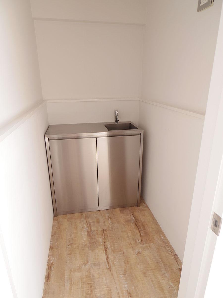 キッチンはステンレス製のスタイリッシュなものを使用