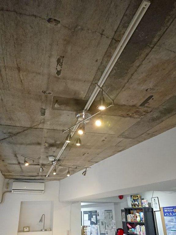 天井はコンクリートむき出し