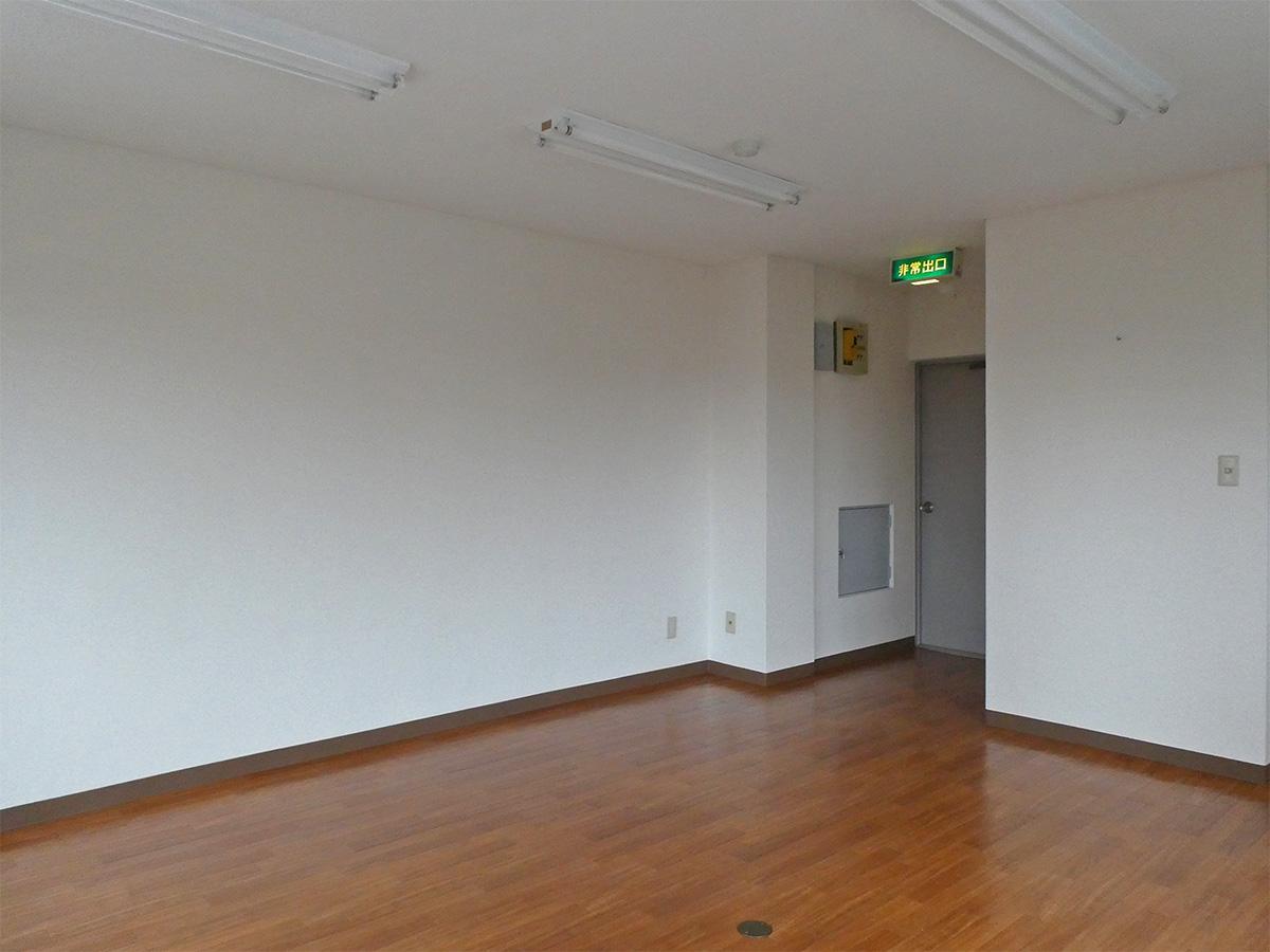 こちら側の白い壁にデスクでしょうか