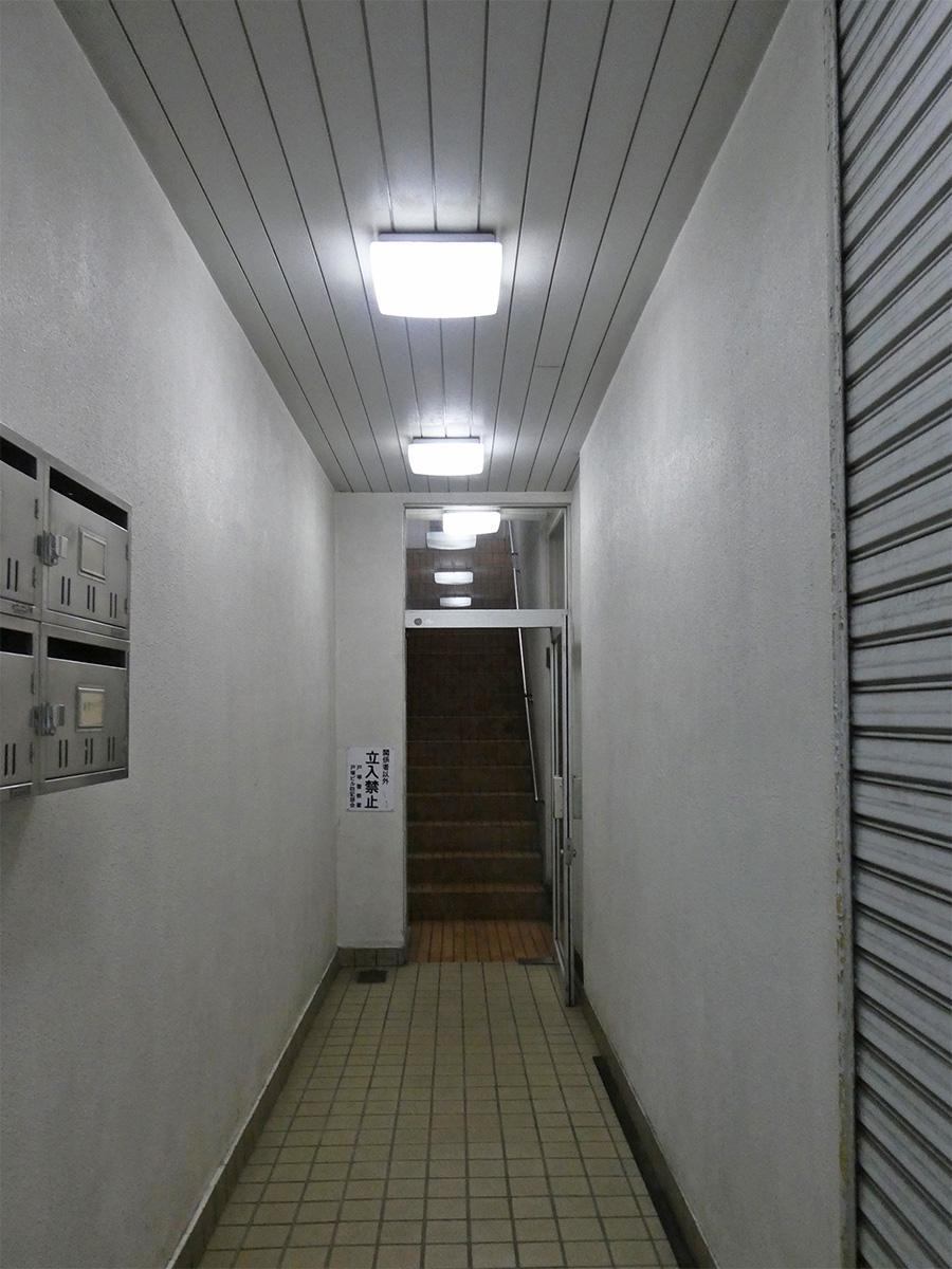 ビルの入り口。どんどん奥へ進みます