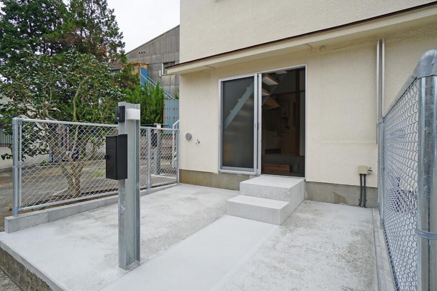 玄関先の専用庭。土ではなくてコンクリートなので、メンテナンスもしやすそう